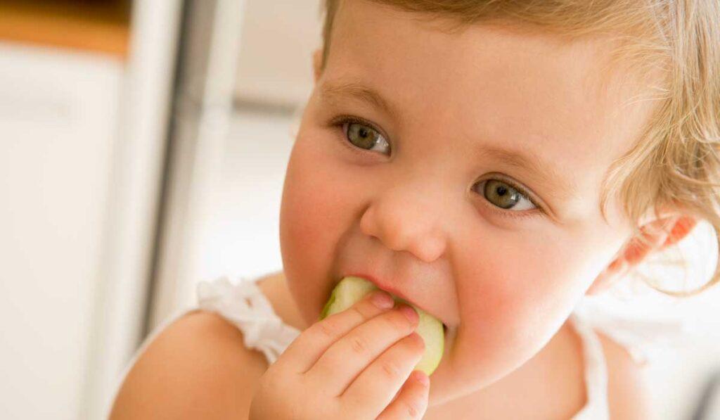 Bebé come fruta